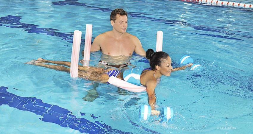 Использование аксессуаров для аквааэробики человеком, который неумеет плавать
