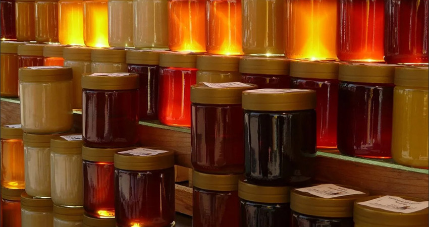 Много банок с разным медом