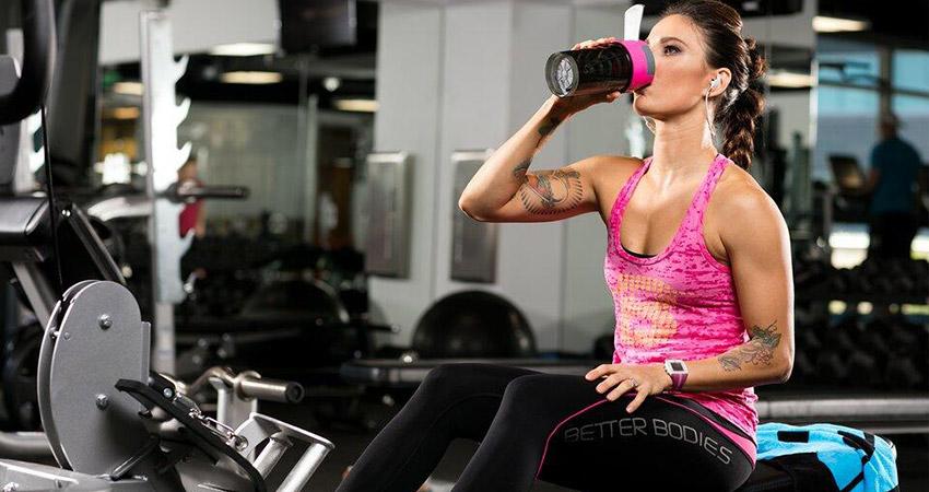 Девушка пьет жиросжигатель