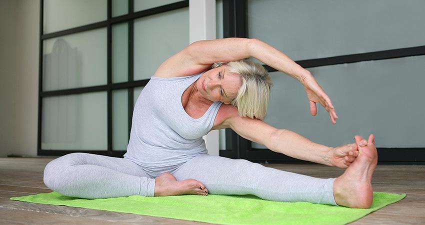 Женщина занимается стретчингом